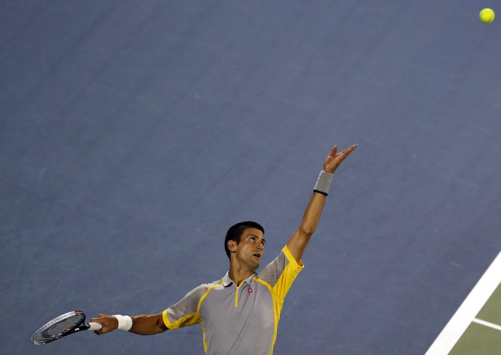 27.ZEA, Dubaj, 28lutego, 2013: Novak Djokovic serwuje piłkę w meczy z Andeasrm Seppi. AFP PHOTO/KARIM SAHIB