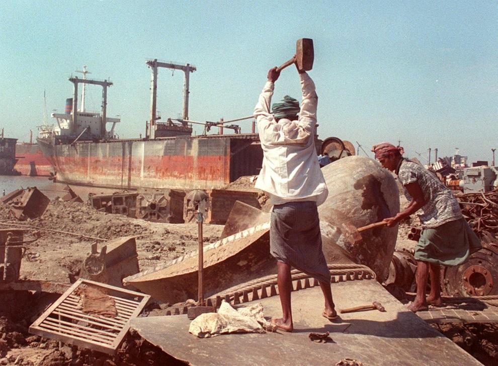 27.BANGLADESZ, Chittagong, 1 listopada 1997: Mężczyźni pracujący przy rozbiórce statku. AFP PHOTO