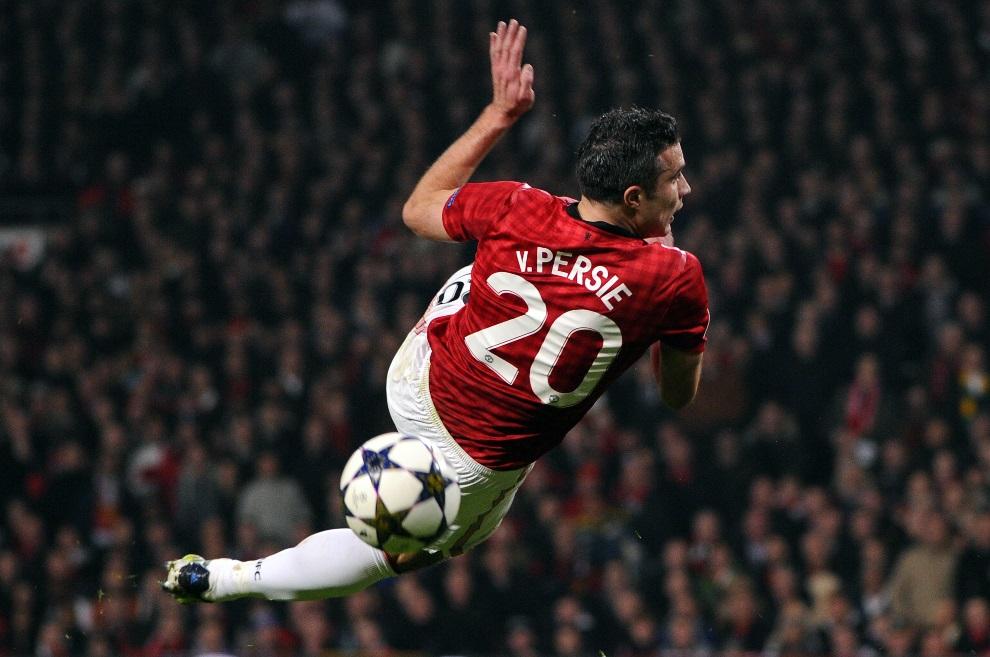 28.WIELKA BRYTANIA, Manchester, 5 marca 2013: Robin van Persie mija się z piłką w meczu Manchesteru United z Realem Madryt. AFP PHOTO / PIERRE-PHILIPPE MARCOU