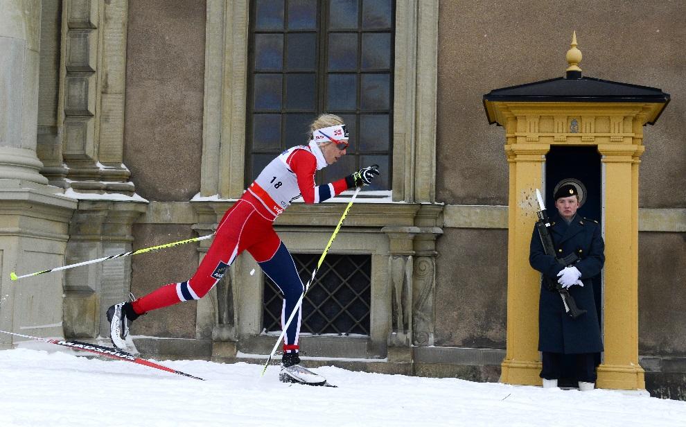 28.SZWECJA, Sztokholm, 20 marca 2013: Kristin Stoermer Steira mija pałac królewski na trasie biegu Pucharu Świata. AFP PHOTO/JONATHAN NACKSTRAND