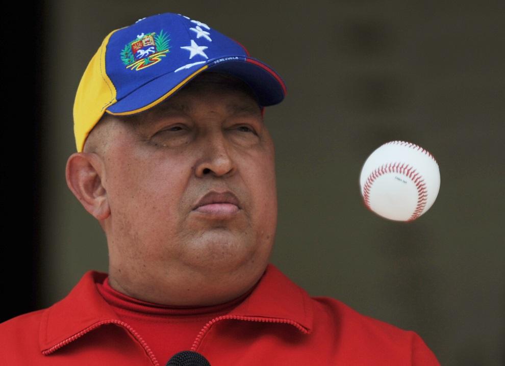 28.WENEZUELA, Caracas, 29 września 2011: Hugo Chavez bawi się piłką baseballową. AFP PHOTO/Juan BARRETO
