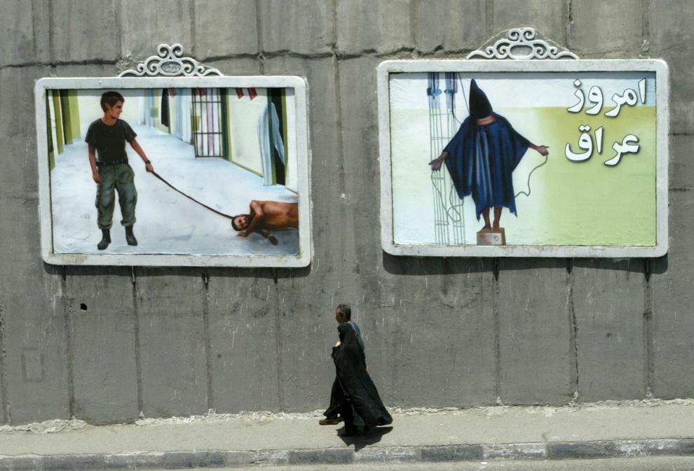 28.IRAN, Tehran, 1 czerwca 2004: Murale przedstawiające sceny tortur z Abu Ghraib. AFP PHOTO/Behrouz MEHRI