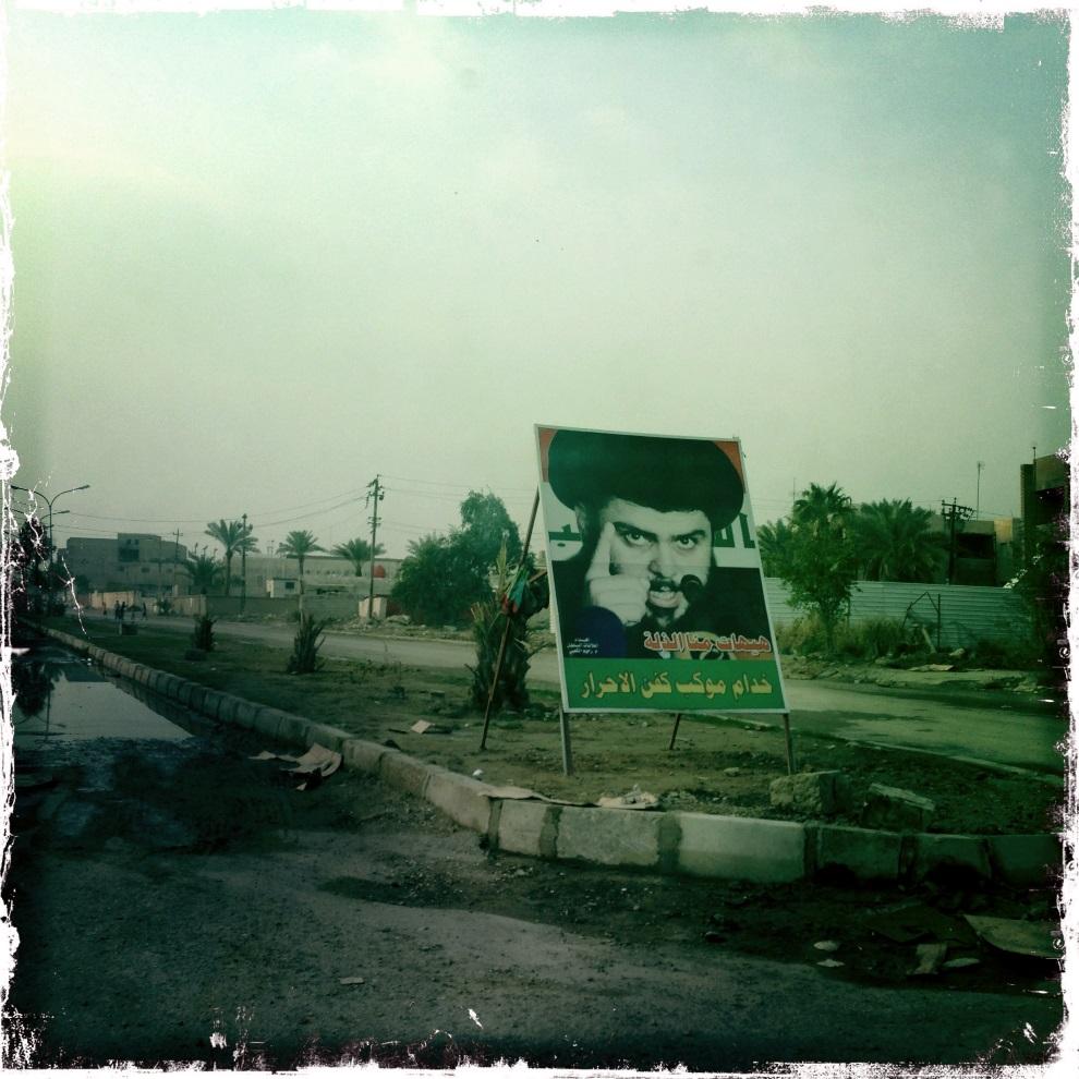 29.IRAK, Bagdad, 5 lutego 2013: Plakat z wizerunkiem Muktady as-Sadra. AFP PHOTO / PATRICK BAZ