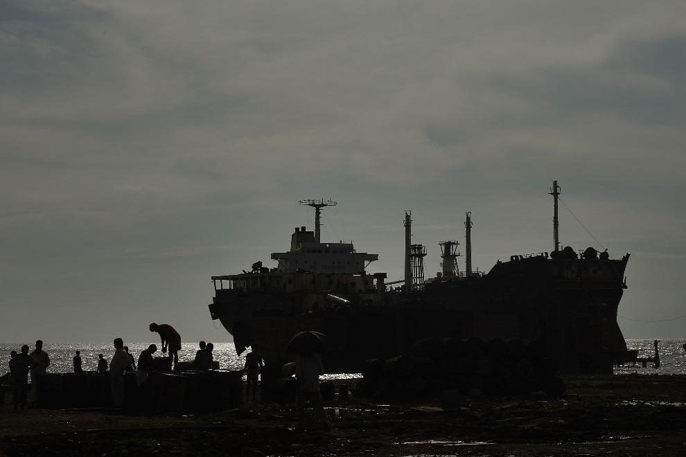 29.BANGLADESZ, Chittagong, 24 lipca 2008: Złomowanie statku w stoczni w Chittagong. (Foto: Spencer Platt/Getty Images)