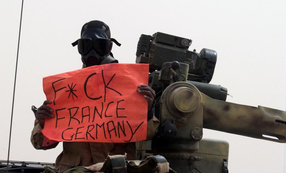 2.KUWEJT, 20 marca 2003: Żołnierz piechoty morskiej w drodze do granicy z Irakiem. AFP PHOTO/Eric FEFERBERG