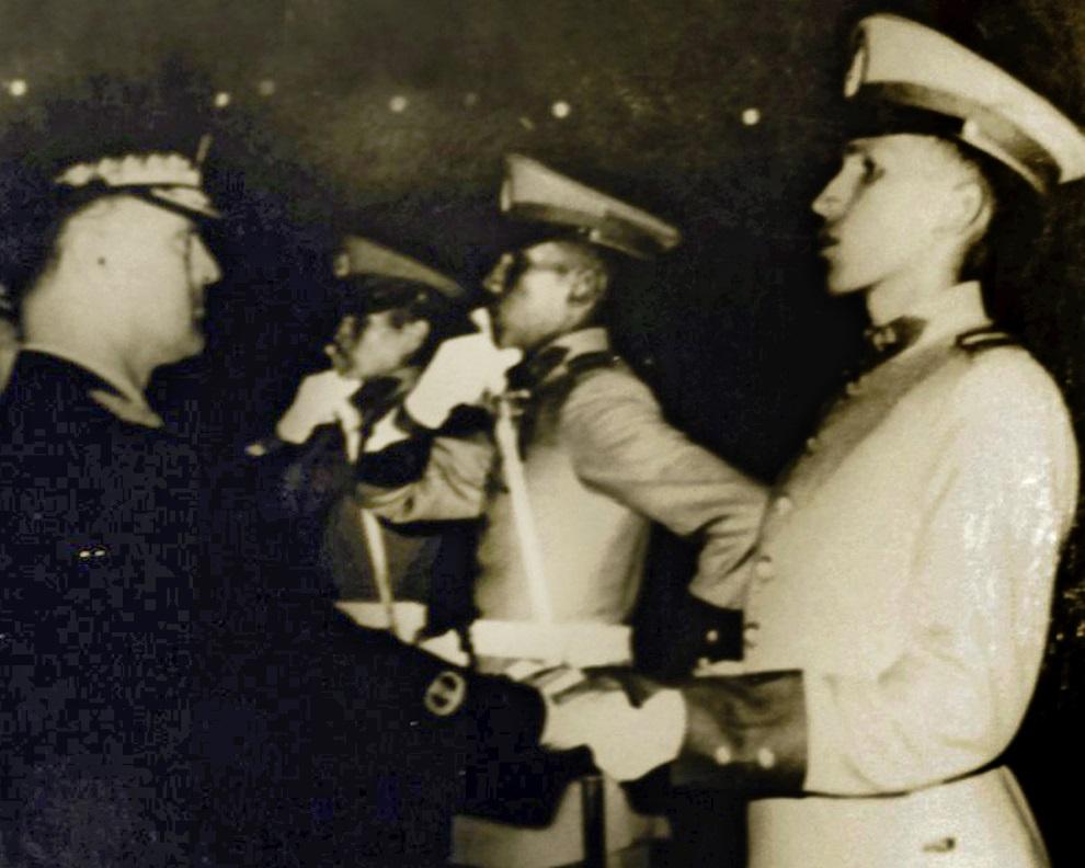 2.WENEZUELA, Caracas, 5 lipca 1975: Hugo Chavez (po prawej) odbiera szable podczas uroczystości zakończenia kursu  oficerskiego w akademii wojskowej. AFP PHOTO