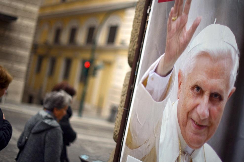 30.WŁOCHY, Rzym, 1 marca 2013: Plakat z podobizną Benedykta XVI. AFP PHOTO / GABRIEL BOUYS