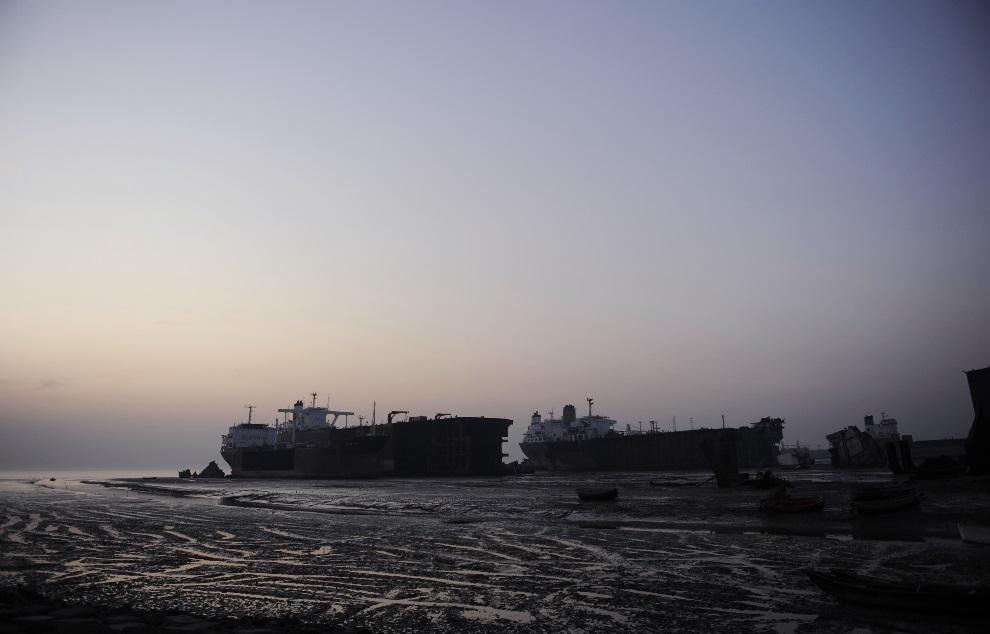 30.BANGLADESZ, Chittagong, 15 stycznia 2010: Widok z brzegu na fragment stoczni Sitakundu. AFP PHOTO/Munir uz ZAMAN