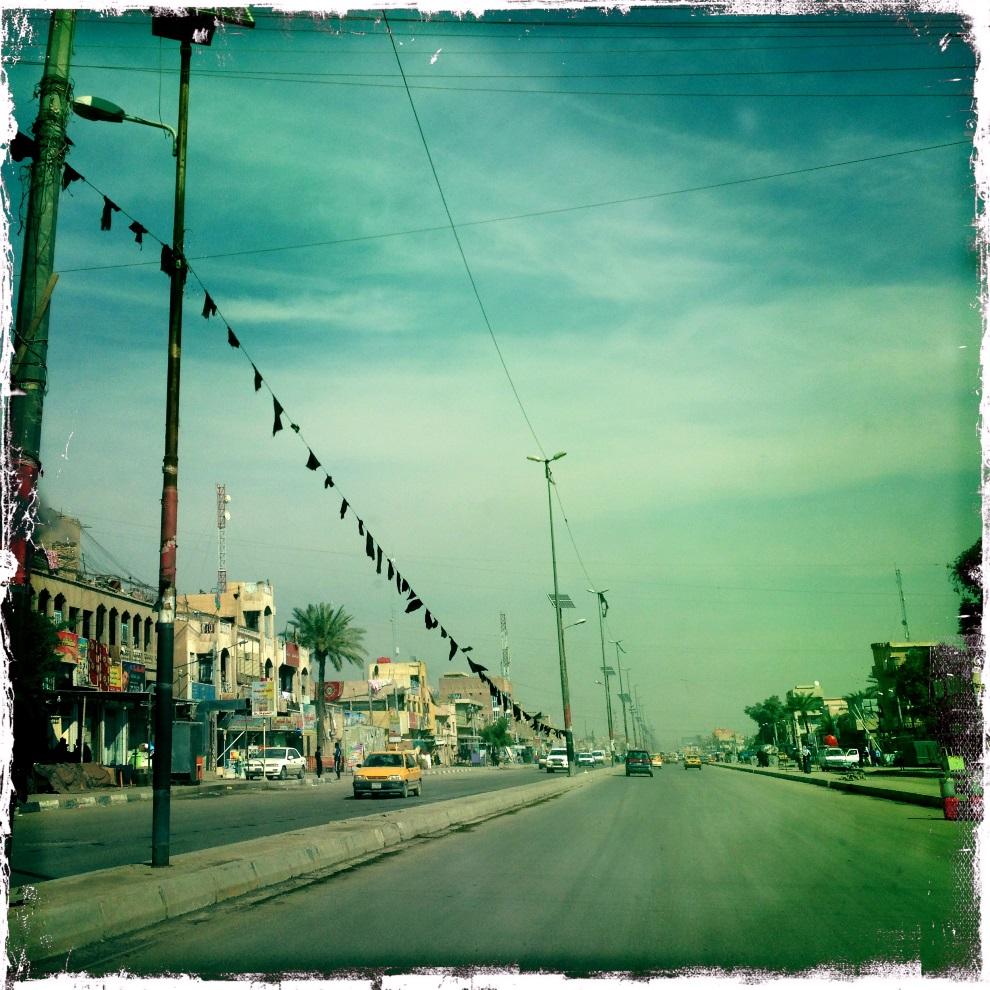 30.IRAK, Bagdad, 5 lutego 2013: Ulica w centrum Bagdadu. AFP PHOTO / PATRICK BAZ