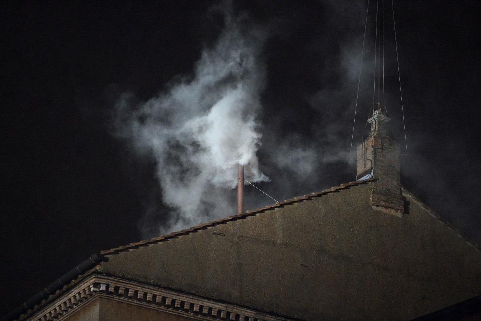 31.WATYKAN, 13 marca 2013: Biały dym unosi się nad Kaplicą Sykstyńską. AFP PHOTO / ALBERTO PIZZOLI