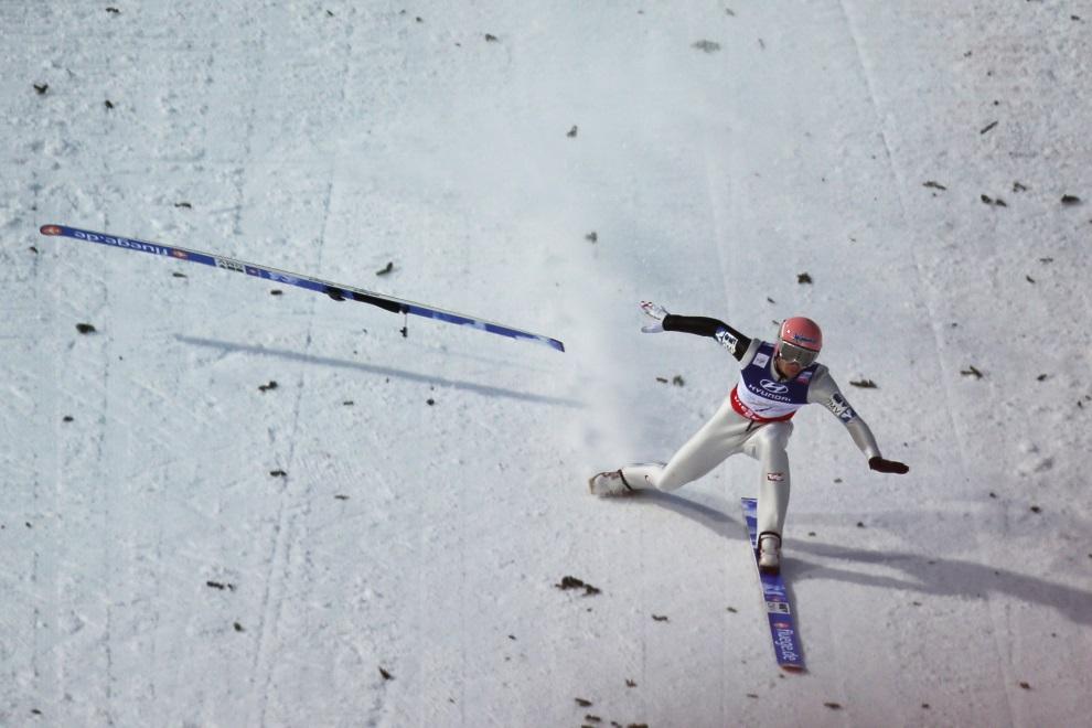 31.WŁOCHY, Predazzo, 2 marca 2013: Manuel Fettner ratuje się przed upadkiem po tym, jak wypięła mu się jedna narta. AFP PHOTO / PIERRE TEYSSOT