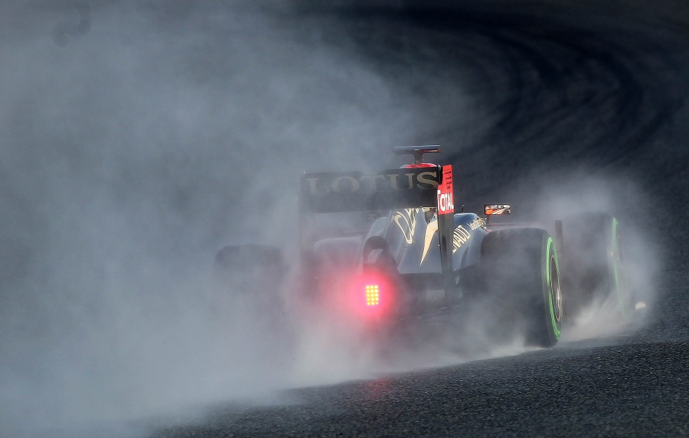 32.HISZPANIA, Barcelona, 28 lutego 2013: Romain Grosjean podczas testów zespołu Lotus. AFP PHOTO / QUIQUE GARCIA
