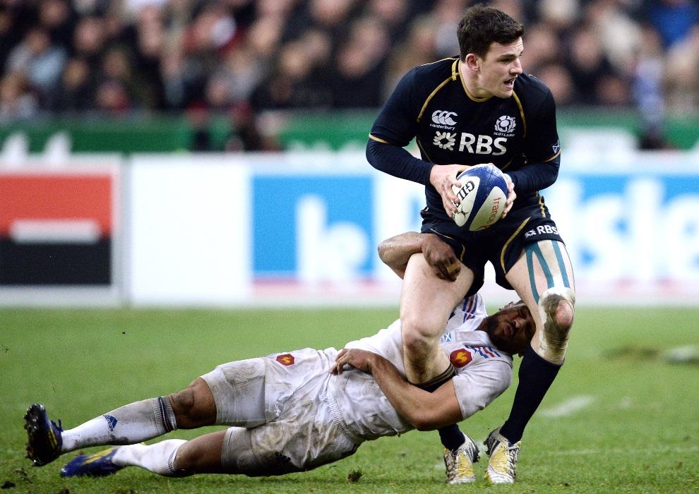 32.FRANCJA, Saint-Denis, 16 marca 2013: Matthew Scott (biegnący) atakowany przez  Wesley'a Fofana podczas meczu Pucharu Sześciu Narodów. AFP PHOTO / FRANCK FIFE