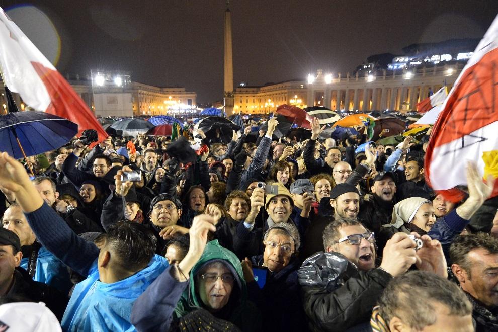 33. WATYKAN, 13 marca 2013: Ludzie zebrani na placu św. Piotra cieszą się z wyboru nowego papieża. AFP PHOTO / ALBERTO PIZZOLI