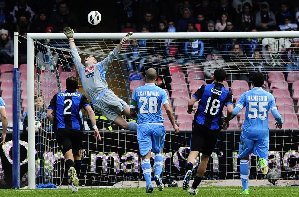 33.WŁOCHY, Neapol, 17 marca 2013: Bramkarz Napoli, Morgan De Sanctis, broni strzał zawodnika zespołu  Atalanta. AFP PHOTO / ROBERTO SALOMONE
