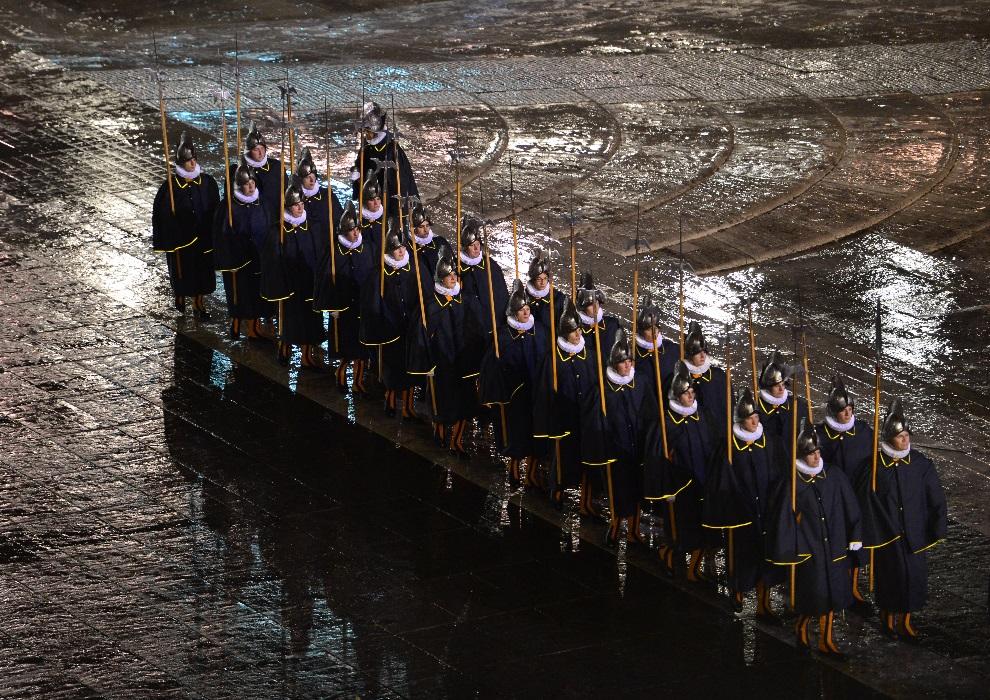 34.WATYKAN, 13 marca 2013: Gwardziści wkraczający na plac św. Piotra. AFP PHOTO / GIUSEPPE CACACE