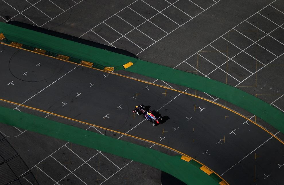 34.AUSTRALIA, Melbourne, 15 marca 2013: Sebastian Vettel z zespołu Infiniti Red Bull Racing podczas treningu na torze w Melbourne. (Foto: Clive Mason/Getty   Images)