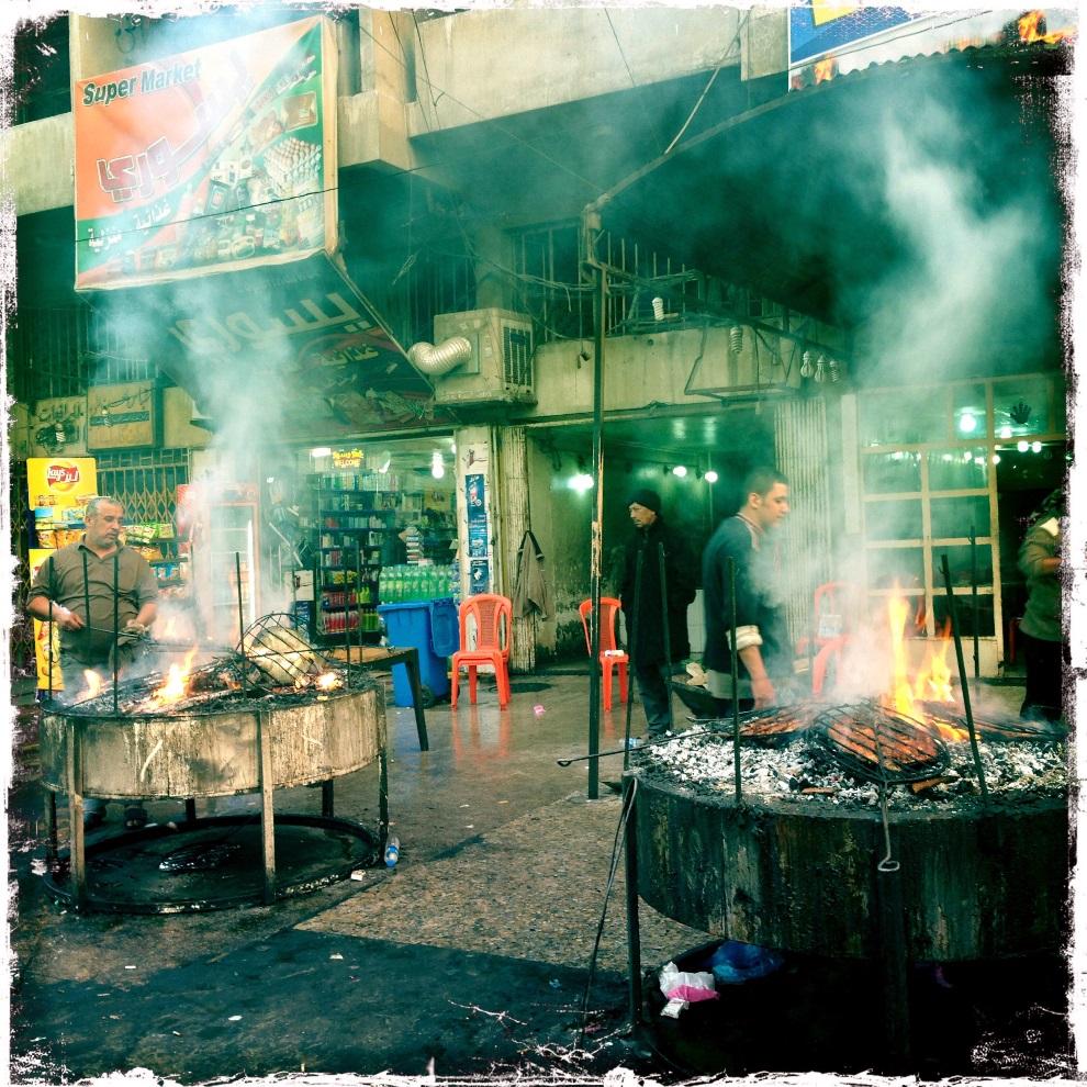 38.IRAK, Bagdad, 7 lutego 2013: Uliczni sprzedawcy przy swoich grillach. AFP PHOTO / PATRICK BAZ