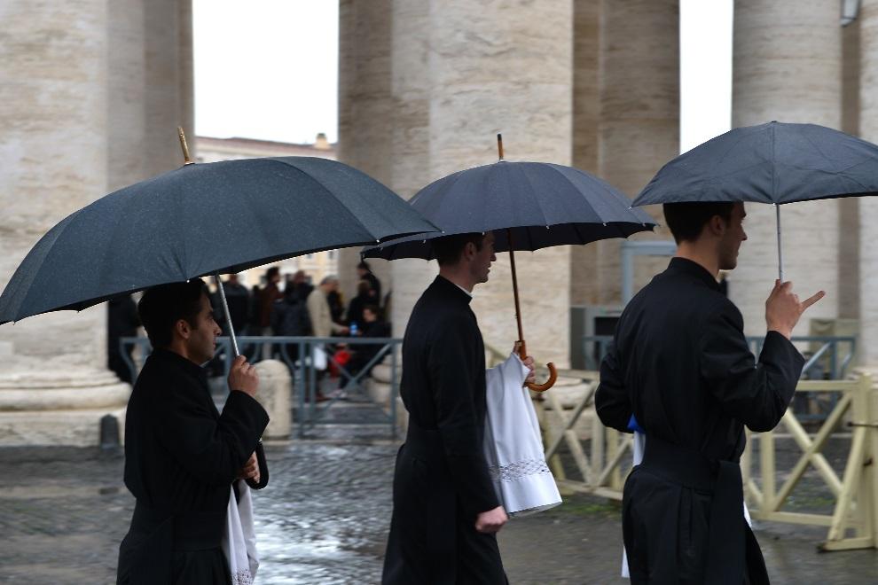 3.WATYKAN, 12 marca 2013: Seminarzyści zmierzają w kierunku bazyliki św. Piotra. AFP PHOTO / VINCENZO PINTO