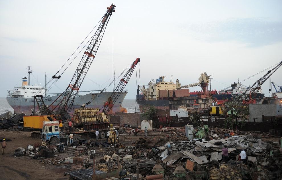 3.INDIE, Alang, 27 maja 2011: Prowizoryczna stocznia u wybrzeży Alang. AFP PHOTO / Sam PANTHAKY
