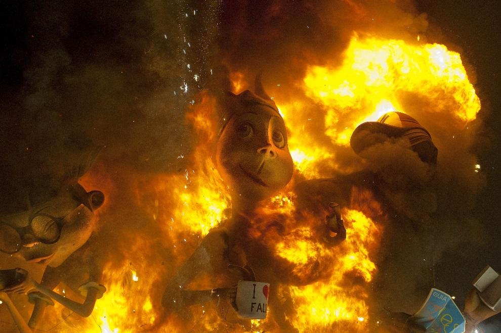 3.HISZPANIA, Walencja, 19 marca 2013: Płonące figury w trakcie  Święta Ognia. AFP PHOTO / JOSE JORDAN TOPSHOTS