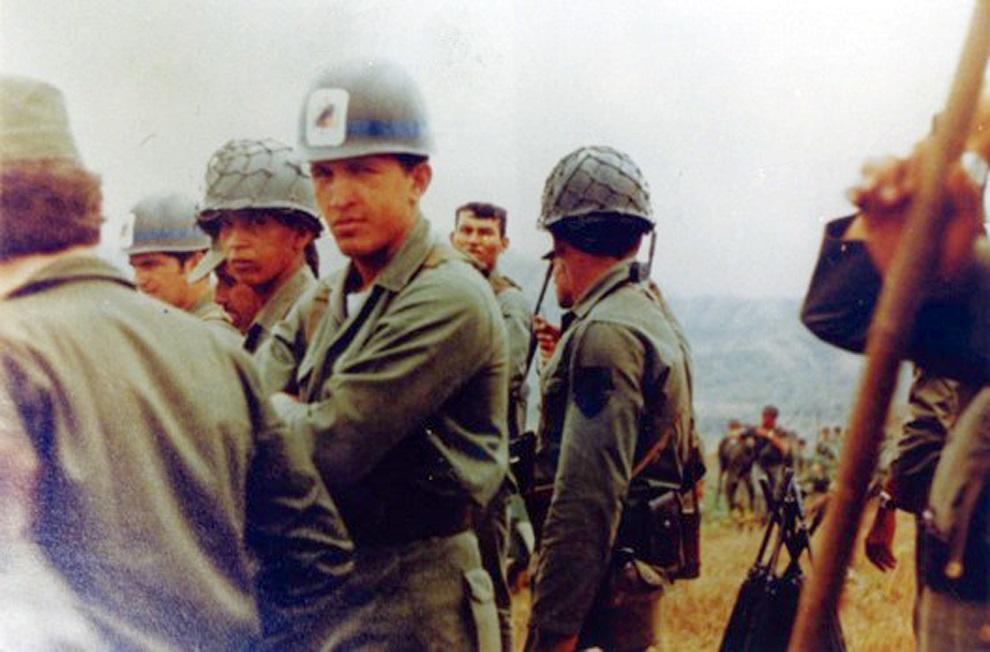 3.WENEZUELA, Caracas:  Hugo Chavez (w środku) podczas manewrów wojskowych. AFP PHOTO