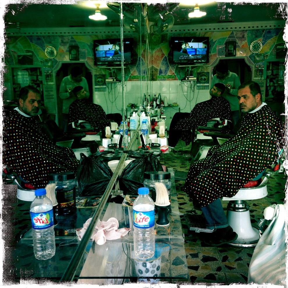 40.IRAK, Bagdad, 2 lutego 2013: Wnętrze salonu fryzjerskiego przy ulicy Shorja. AFP PHOTO / PATRICK BAZ