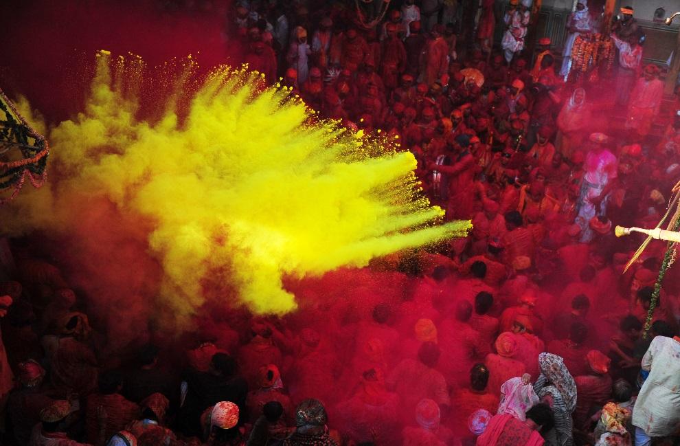 4.INDIE, Barsana, 21 marca 2013: Obchody Holi w świątyni Radha Rani. AFP PHOTO/ Sanjay Kanojia