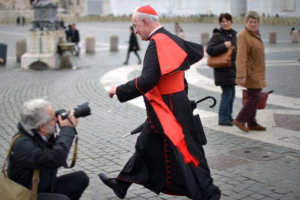 4.WATYKAN, 7 marca 2013: Kanadyjski kardynał Marc Ouellet na placu przed bazyliką św. Piotra. AFP PHOTO / GABRIEL BOUYS