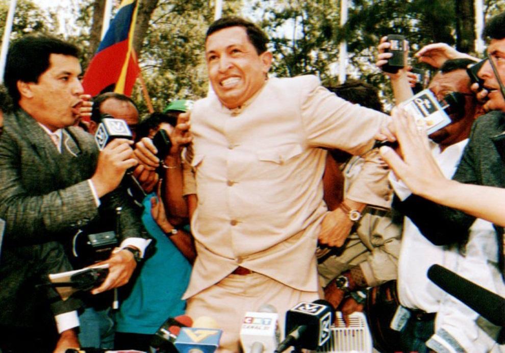 4.WENEZUELA, Caracas, 26 marca 1994: Hugo Chavez rozmawia z dziennikarzami po wyjściu z więzienia (trafił tam po nie udanym zamachu stanu w 1992 roku). AFP