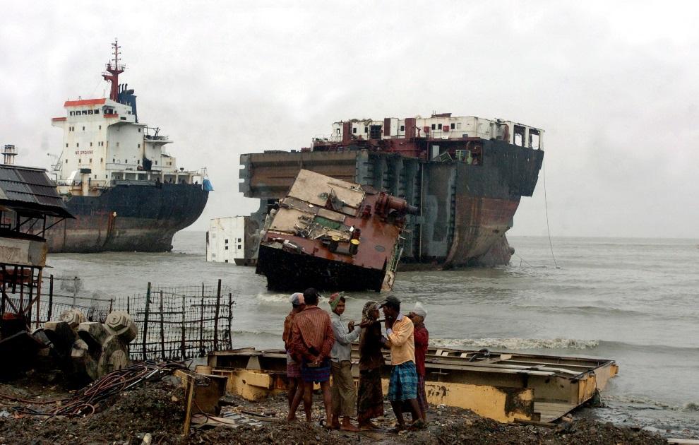 5.BANGLADESZ, Chittagong, 29 lipca 2008: Pracownicy stoczni  przenoszą części złomowanego statku. AFP PHOTO/Farjana Khan GODHULY
