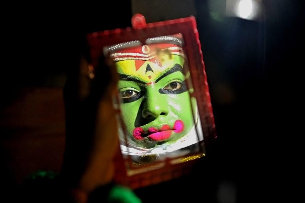 5.INDIE, Bangalore, 12 marca 2013: Tancerz przygotowujący się do roli w tradycyjnym Kathakali. AFP PHOTO/Manjunath KIRAN
