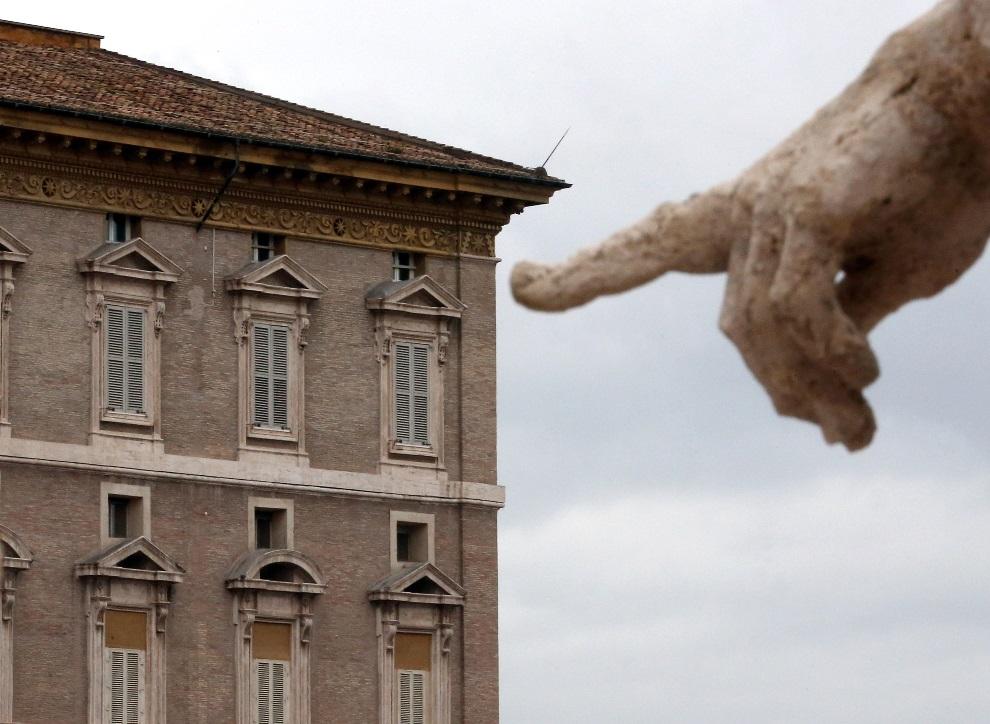 5.WATYKAN, 13 marca 2013: Palec jednego z posągów wskazujący na papieskie apartamenty. (Foto: Christopher Furlong/Getty Images)