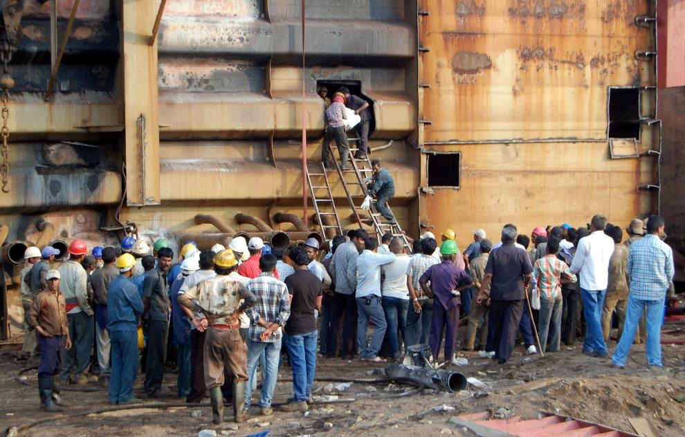 """6.INDIE, Alang, 9 października 2012: Ciało pracownika stoczni wynoszone ze złomowanego kontenerowca """"Union Brave"""". AFP PHOTO"""