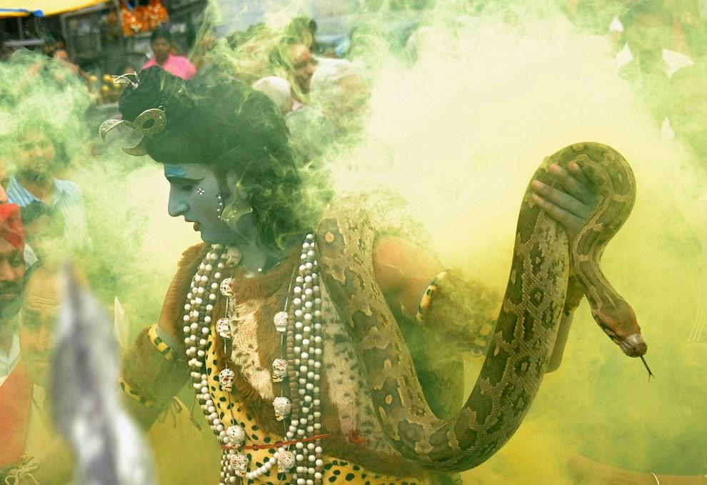 6.INDIE, Jalandhar, 9 marca 2013: Mężczyzna w przebraniu Śiwy. AFP PHOTO/SHAMMI MEHRA