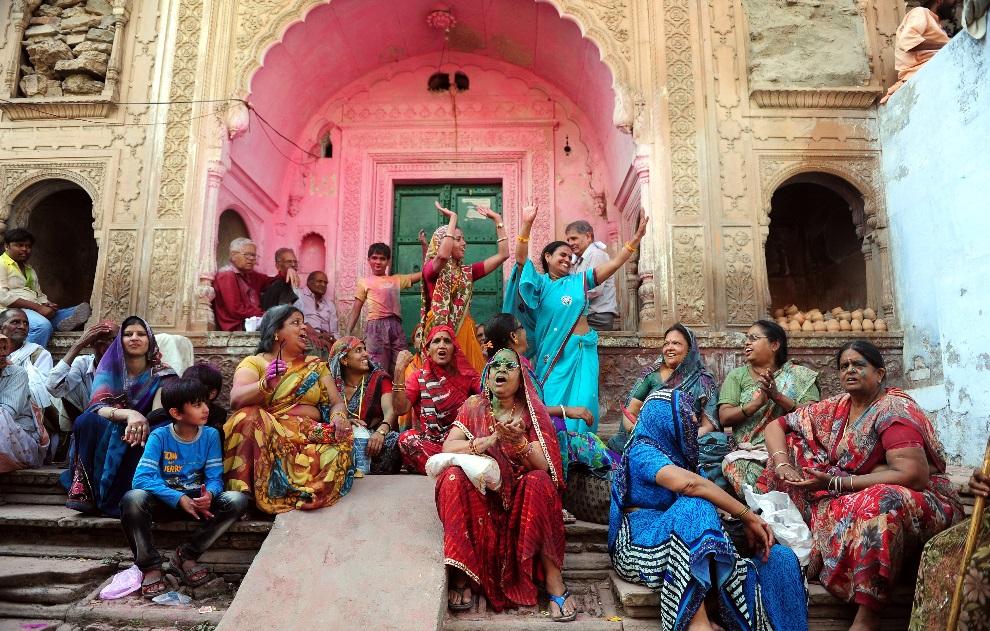 6.INDIE, Barsana, 21 marca 2013: Wierni zebrani przed wejściem do świątyni Radha Rani. AFP PHOTO/ Sanjay Kanojia