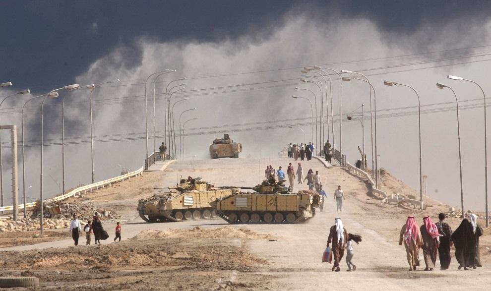 6.IRAK, Basra, 29 marca 2003: Most prowadzący do oblężonej Basry. (Foto:  Spencer Platt/Getty Images)
