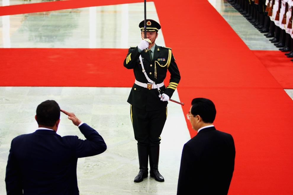 6.CHINY, Pekin, 24 września 2008: Hugo Chavez (po lewej) w towarzystwie Hu Jintao (po prawej) w trakcie wizyty w Chinach. (Foto: Guang Niu/Getty Images)