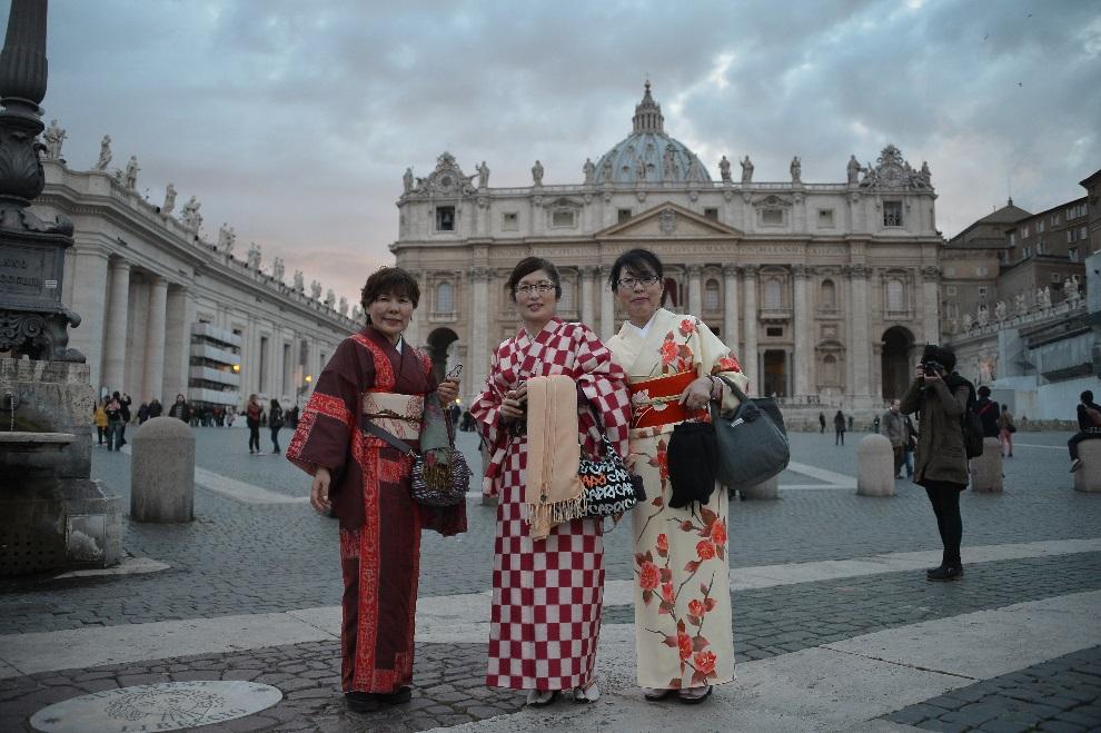 7.WATYKAN, 11 marca 2013: Japonki w tradycyjnych strojach pozują do zdjęcia na placu św. Piotra. AFP PHOTO / GABRIEL BOUYS
