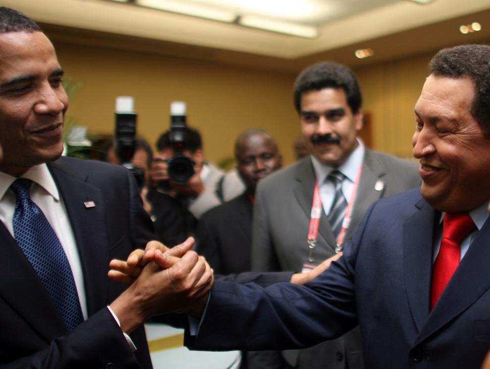 7.TRINIDAD I TOBAGO, Port-of-Spain, 17 kwietnia 2009: Barack Obama (po lewej) wita się z Hugo Chavezem (po prawej) przed rozpoczęciem 5. Szczytu Ameryk. AFP   PHOTO / PRESIDENCIA