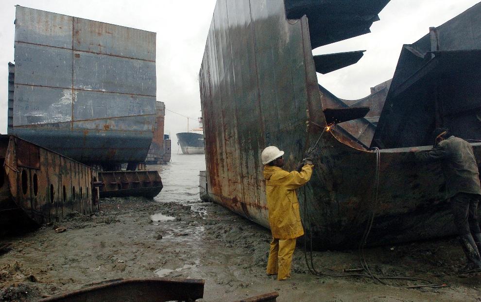7.BANGLADESZ, Chittagong, 29 lipca 2008: Mężczyźni odcinający fragmenty złomowanego statku. AFP PHOTO/Farjana Khan GODHULY