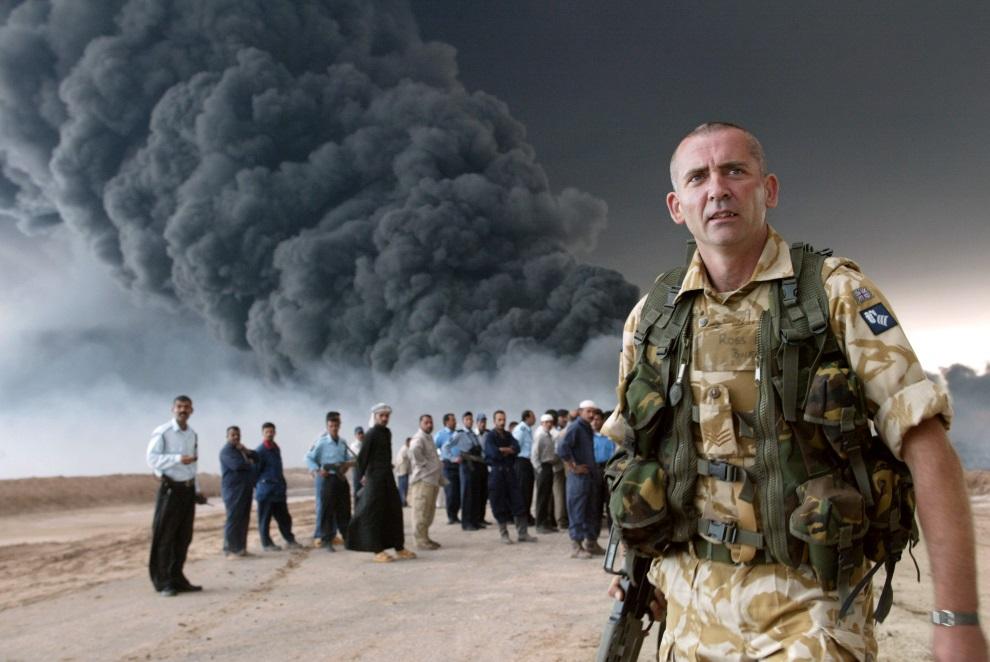 7.IRAK, Fao, 24 marca 2004: Brytyjski żołnierz zabezpiecza płonący rurociąg. AFP PHOTO/JOSEPH BARRAK