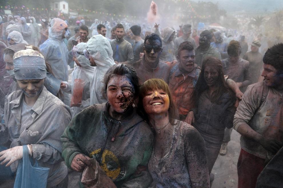 7.GRECJA, Galaxidi, 18 marca 2013: Doroczna wojna na mąkę w Galaxidi. AFP PHOTO / ARIS MESSINIS
