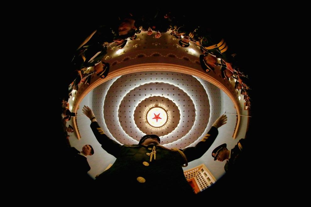 7.CHINY, Pekin, 3 marca 2013: Dyrygent orkiestry wojskowej podczas próby generalnej przed inauguracją posiedzenia Ludowej Politycznej Konferencji Konsultatywnej   Chin. (Foto: Feng Li/Getty Images)