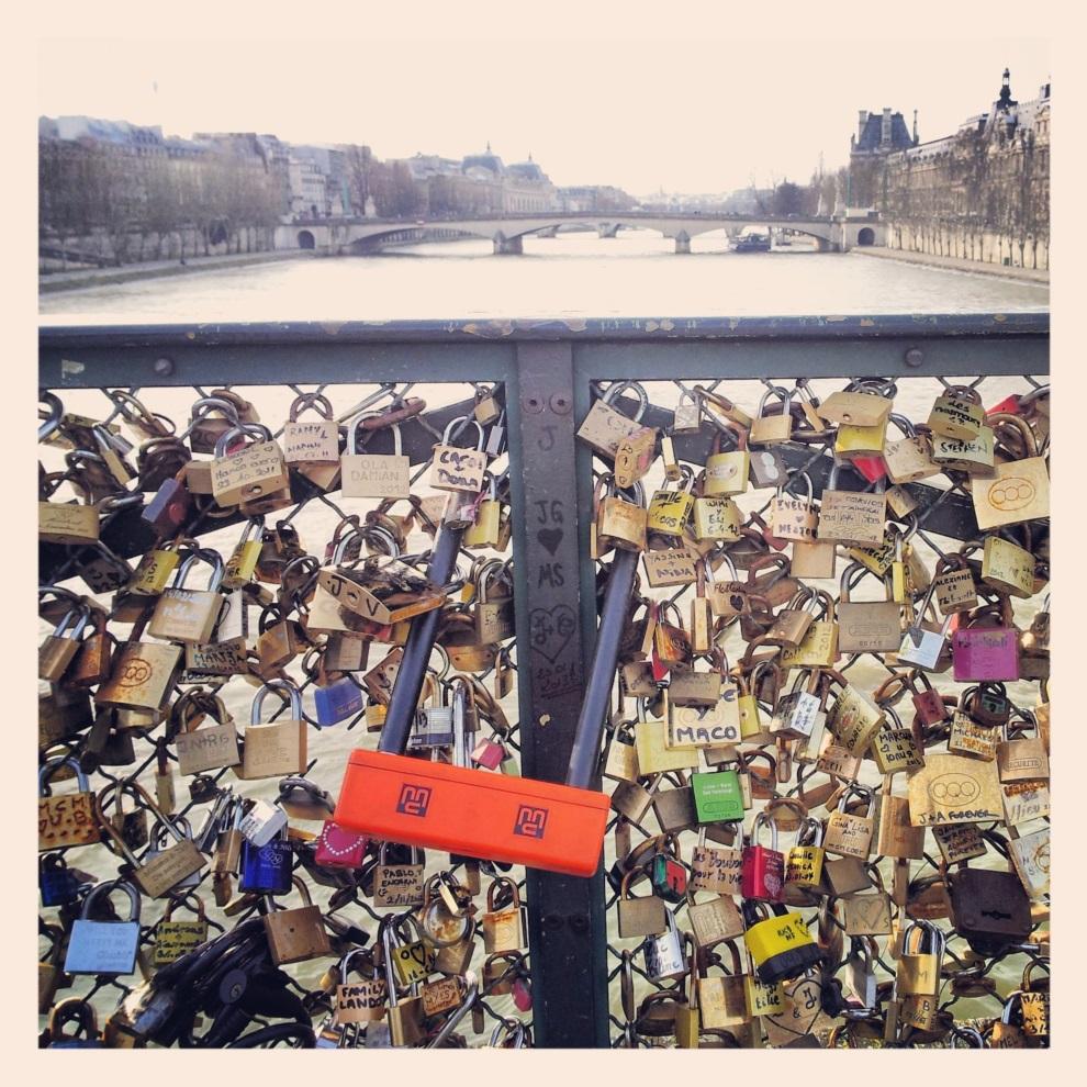 8.FRANCJA, Paryż, 15 marca 2013: Kłódki zapięte przez zakochanych na Pont des Arts. AFP PHOTO / MAX LYAM (Instagram)
