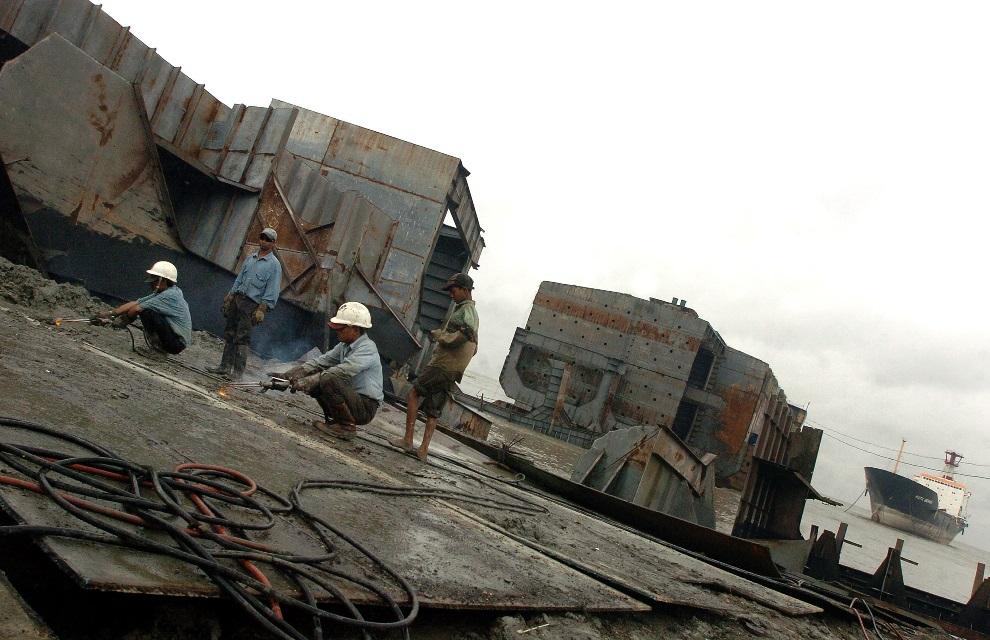 8.BANGLADESZ, Chittagong, 29 lipca 2008: Pracownicy stoczni tną elementy złomowanej jednostki. AFP PHOTO/Farjana Khan GODHULY