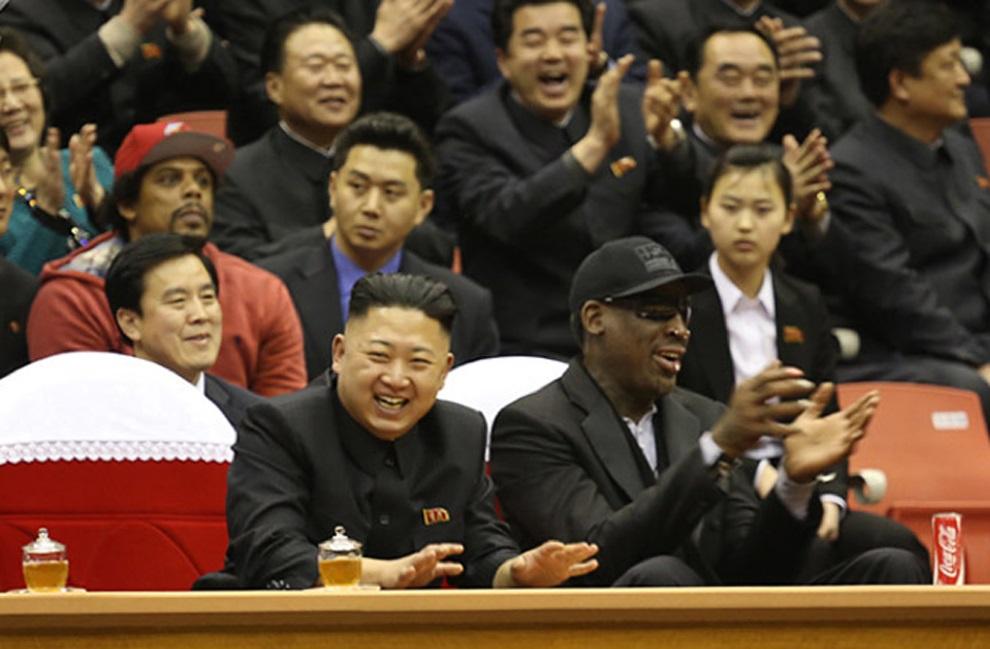 8.KOEA PÓŁNOCNA, Pjongjang, 1 marca 2013: Kim Dzong Un i Dennis Rodman na trybunach podczas meczu koszykówki. AFP PHOTO / VICE Media / Jason Mojica