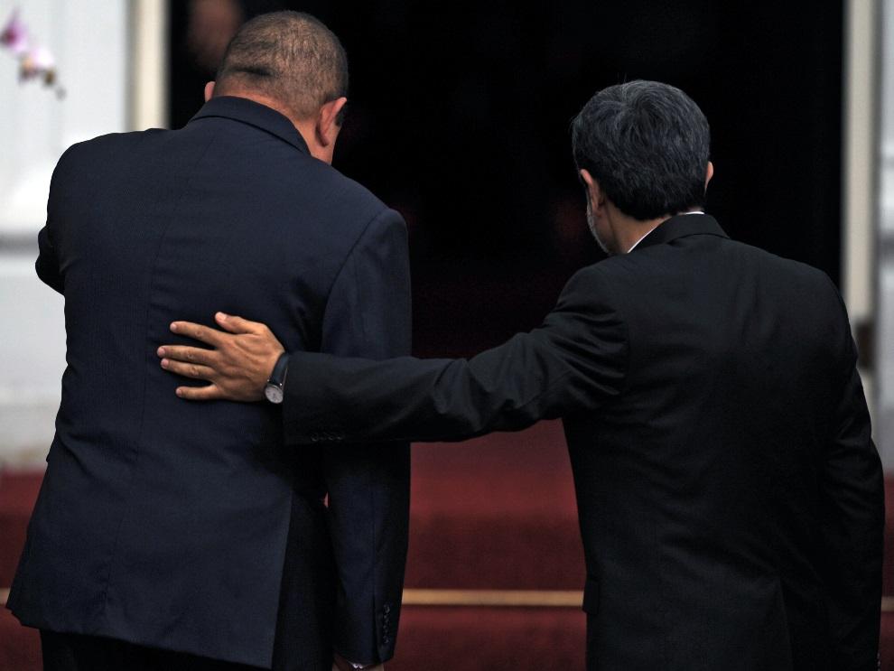 8.WENEZUELA, Caracas, 9 stycznia 2012: Hugo Chavez (po lewej) przyjmuje  prezydenta Iranu Mahmuda Ahmadineżada (po prawej). AFP PHOTO/JUAN BARRETO