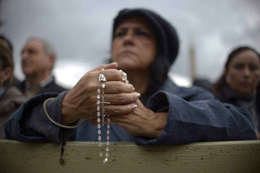 9.WATYKAN, 13 marca 2013: Kobieta z różańcem modli się w trakcie konklawe. AFP PHOTO / JOHANNES EISELE