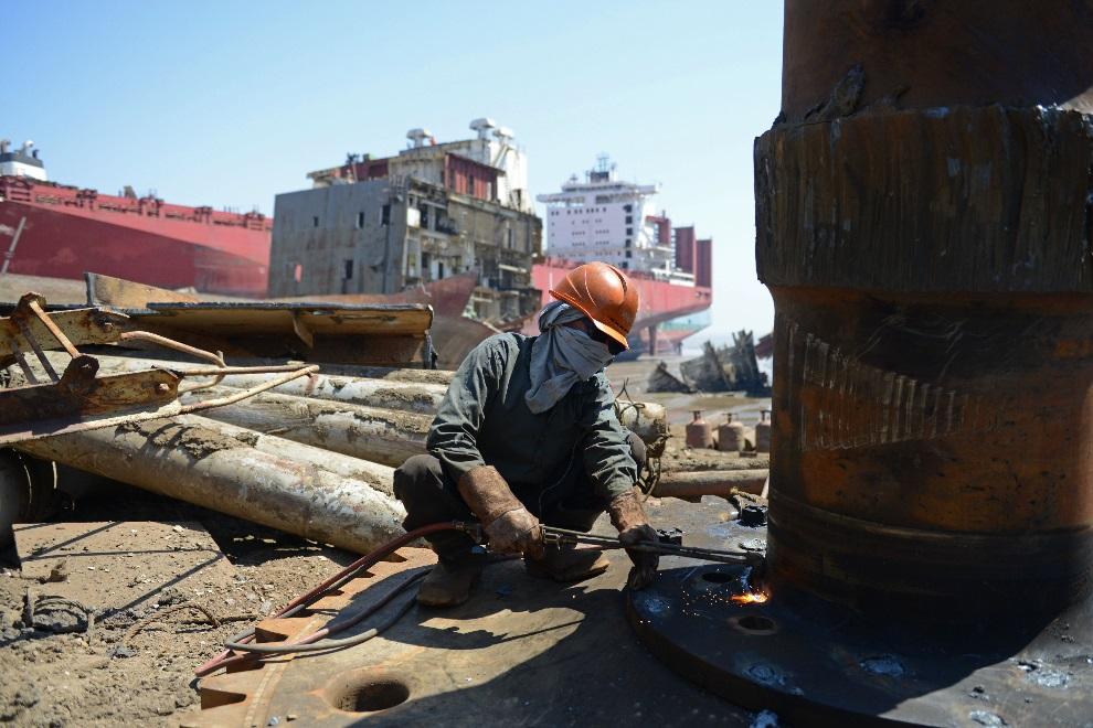 9.INDIE, Mithi Virdi, 4 marca 2013: Pracownik stoczni przy cięciu stalowych elementów. AFP PHOTO / Sam PANTHAKY